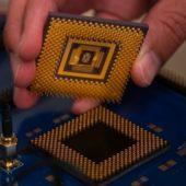 世界初!ハイブリッドのメモリスターチップを開発 小型デバイスだけで直接AI処理が可能に